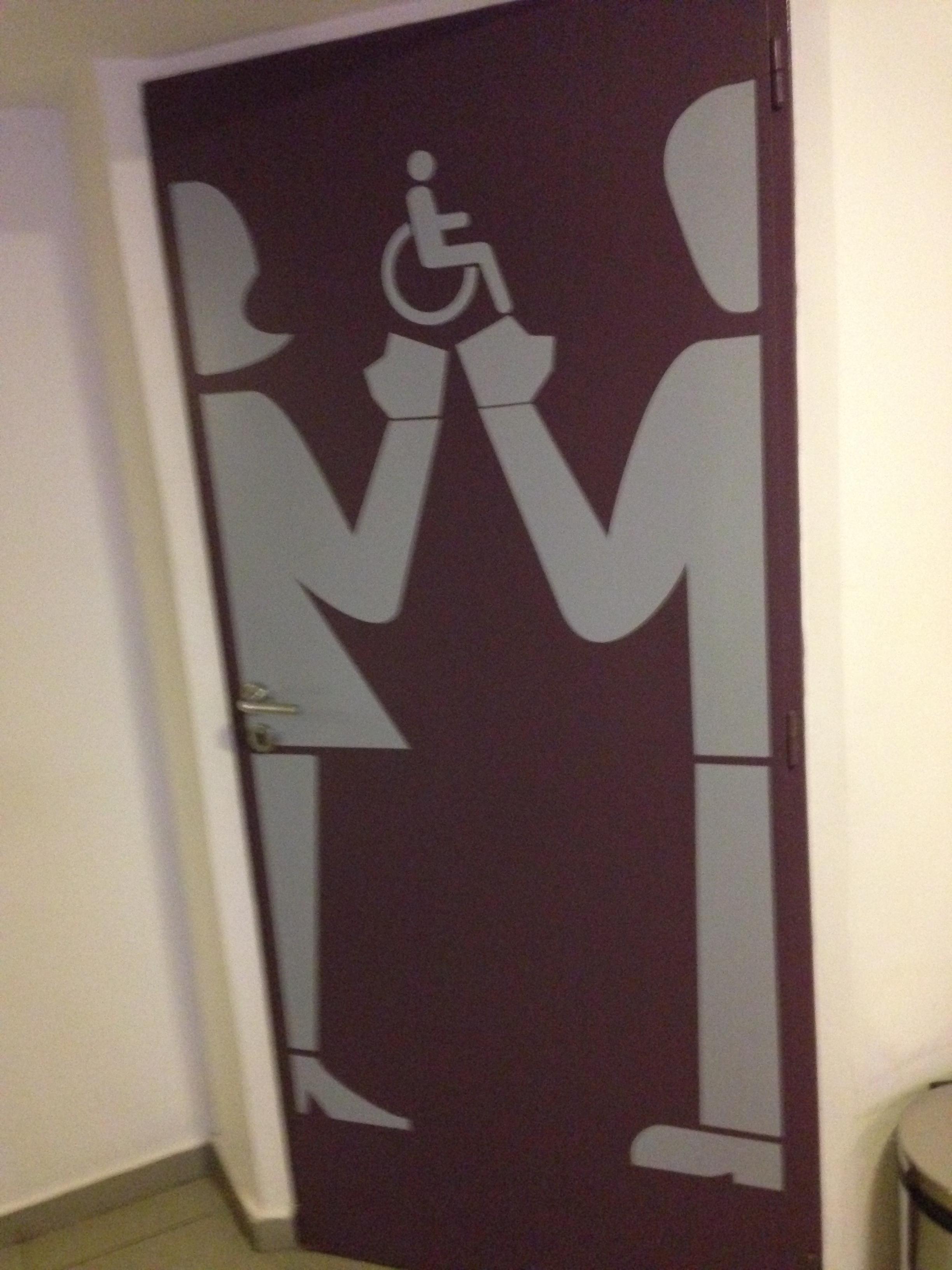 Porta do banheiro adaptado no térreo do Hotel Infinito #9F752C 2448x3264 Banheiro Adaptado